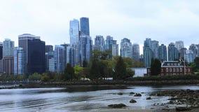 Timelapse del horizonte de Vancouver, Columbia Británica a través del agua 4K almacen de video