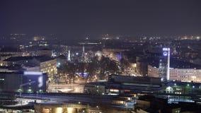 Timelapse del invierno de la ciudad de Riga de la noche, luces, puente, río del Daugava almacen de video