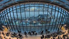 Timelapse del jardín del cielo en Londres con los turistas y el horizonte de Londres, Londres, Reino Unido metrajes