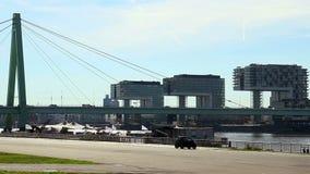 Timelapse del lato del fiume della banchina della città, traffico del ponte delle automobili della gente soleggiato stock footage