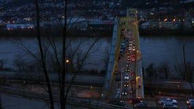 Timelapse del 10mo puente de la calle en Pittsburgh Pennsylvania almacen de metraje de vídeo
