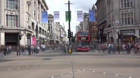 Timelapse del movimiento rápido del tráfico en la intersección del circo de Londres Oxford almacen de metraje de vídeo