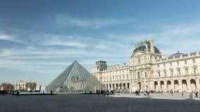 Timelapse del museo y del pyramide del Louvre en 4K ultra HD metrajes