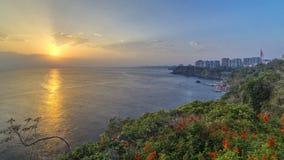 Timelapse del paisaje marino de altas montañas sobre el cielo claro de la puesta del sol en Antalya, Turquía almacen de metraje de vídeo