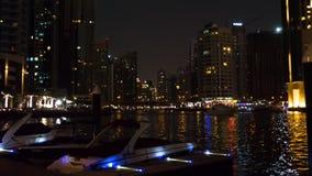 Timelapse del puerto deportivo de Dubai Yates amarrados en puerto en la noche almacen de metraje de vídeo
