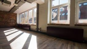 Timelapse del sol irradia la mudanza sobre un espacio de oficina vacío almacen de metraje de vídeo