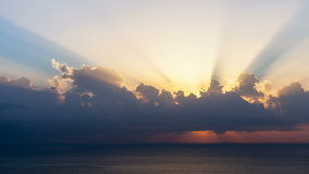 Timelapse del sole rays l'emergenza comunque le nuvole all'alba sopra il mare stock footage