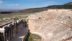Timelapse del teatro antiguo de las ruinas en griego la ciudad Hierapolis, Pamukkale, Turquía del griego clásico almacen de metraje de vídeo