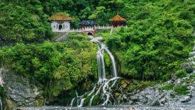 Timelapse del templo de Changchun, de la capilla eterna de la primavera y de la cascada en el parque nacional de Taroko en Hualie almacen de metraje de vídeo