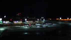 Timelapse del tercer aeropuerto ruso más ocupado Vnukovo en la noche, Moscú metrajes