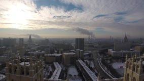 Timelapse del tipo usual de día de Moscú en enero metrajes