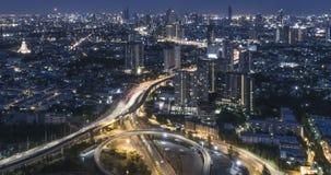 Timelapse del tráfico de ciudad de la noche en cruce giratorio del círculo de la intersección de la calle de la parada de 4 maner almacen de video