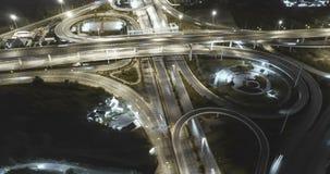Timelapse del tráfico de ciudad de la noche en cruce giratorio del círculo de la intersección de la calle de la parada de 4 maner metrajes
