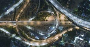 Timelapse del tráfico de ciudad de la noche en cruce giratorio del círculo de la intersección de la calle de la parada de 4 maner almacen de metraje de vídeo