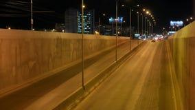 Timelapse del tráfico de la noche en carretera en la ciudad almacen de video