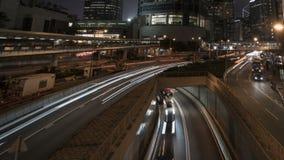 Timelapse del tráfico de la raya pálida en ciudad de la noche almacen de metraje de vídeo
