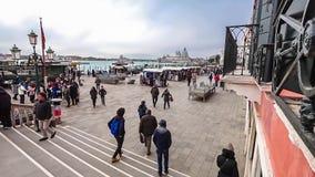 Timelapse del tráfico de Schiavoni del degli de Riva con los turistas en el palacio del ` s del dux de Venecia en Italia 4K almacen de video