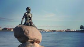 Timelapse del tráfico del barco por la estatua de little mermaid almacen de metraje de vídeo