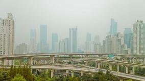 Timelapse del tráfico ocupado sobre el paso superior en la ciudad moderna, Shangai, China metrajes