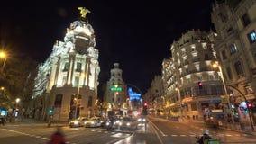 Timelapse del tráfico del transporte en la noche Madrid Calle de Gran Via con la metrópoli metrajes