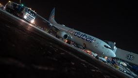 Timelapse del tráfico del transporte y del embarque plano de Flydubai en la noche metrajes