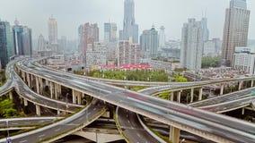 Timelapse del tr?fico ocupado sobre el paso superior en la ciudad moderna, Shangai, China almacen de metraje de vídeo