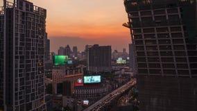 Timelapse del tramonto con traffico sulla strada o sulla strada principale e del fondo della costruzione di affari, giorno alla n archivi video