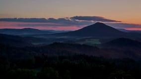 Timelapse del tramonto sopra il vrch di Ruzovsky, Svizzera della Boemia video d archivio