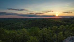 Timelapse del tramonto sopra Rolling Hills degli alberi in Illinois archivi video