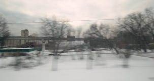Timelapse del viaje del tren a través de la ciudad del invierno almacen de video