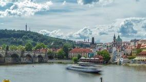 Timelapse dell'argine del fiume della Moldava in un giorno di estate soleggiato Praga, repubblica Ceca stock footage