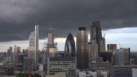 Timelapse dell'orizzonte della città di Londra con le nuvole scure nel prima serata stock footage