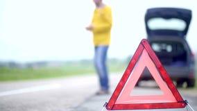 Timelapse dell'uomo di rabbia con il suo automobile ripartita con le luci di rischio che provano ad chiamare ma non essere segnal stock footage