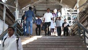 Timelapse della gente che cammina giù le scale alla stazione ferroviaria stock footage