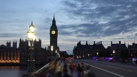 Timelapse della gente e del traffico sul ponte Big Ben di Londra Westminster al crepuscolo video d archivio