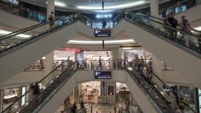 Timelapse della gente sulle scale mobili nel centro commerciale