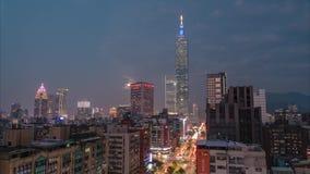Timelapse della luna piena che aumenta accanto al distretto finanziario di Taipei 101 e di Xinyi video d archivio