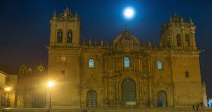 Timelapse della luna piena che aumenta sopra la cattedrale principale di Cusco nel Perù video d archivio