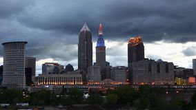 Timelapse della notte dell'orizzonte di Cleveland al giorno 4K archivi video