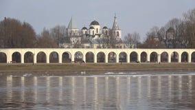 Timelapse della primavera con una vista della corte di Yaroslavovo Veliky Novgorod, Russia video d archivio