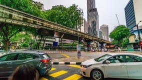 Timelapse della strada trasversale tipica di traffico della via nel giorno piovoso 4K, Malesia stock footage