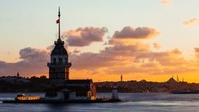 Timelapse della torre nubile o di Kiz Kulesi con fare galleggiare le barche turistiche su Bosphorus a Costantinopoli al tramonto stock footage