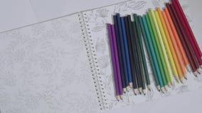 Timelapse delle matite colorate che compare uno per uno, sul fondo del Libro Bianco con la pittura di arte Colori differenti di archivi video