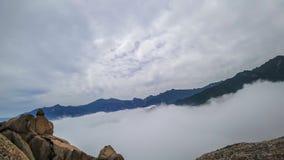 Timelapse delle nuvole alla montagna di Ulsanbawi nel parco nazionale di Seoraksan, Corea del Sud stock footage