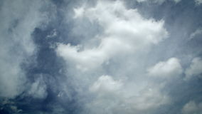 Timelapse delle nuvole bianche piacevoli su un cielo blu soleggiato che si muove in due direzioni differenti - cumulo e strato -  archivi video