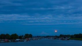 Timelapse delle nuvole con la luna piena che aumenta sopra il Mt Cappuccio lungo il fiume Columbia 4k archivi video