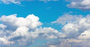 Timelapse delle nuvole lanuginose bianche e di un cielo blu perfetto video d archivio