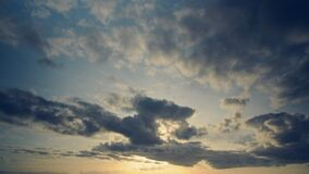 Timelapse delle nuvole nella sera con il blu e l'effetto d'annata ingiallito Sensazione del ricordo nell'aspetto morbido, toni fr stock footage
