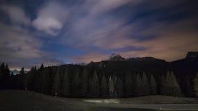 Timelapse delle stelle e delle nuvole del cielo notturno Paesaggio della montagna Dolomia dell'Italia stock footage