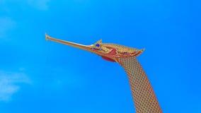 Timelapse: Den kungliga pråm Suphannahong, thailändsk tempel i det Nonthaburi landskapet, Tid schackningsperiod stock video